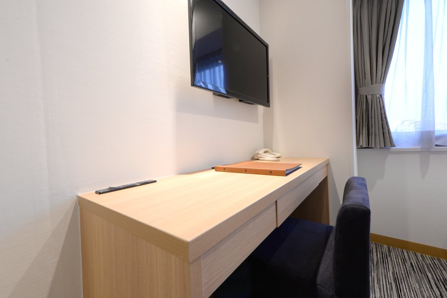 テレワークができるデスク&椅子もしっかりあるのもうれしいですね。簡単な食事ができるスペースがあるというのも大事!