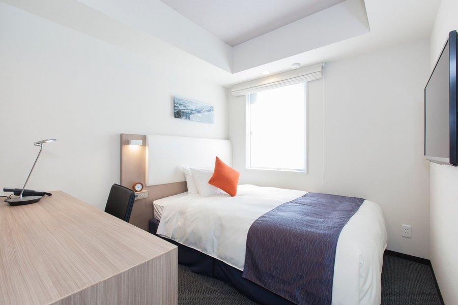 「コンフォートシングル」タイプのお部屋も15㎡。ベッド周りのスペースにも余裕があり、幅の広いデスクを採用しています。お値段は少し上がりますが、清潔感のあるシンプルでナチュラルな雰囲気のお部屋は、長期滞在にぴったりです。