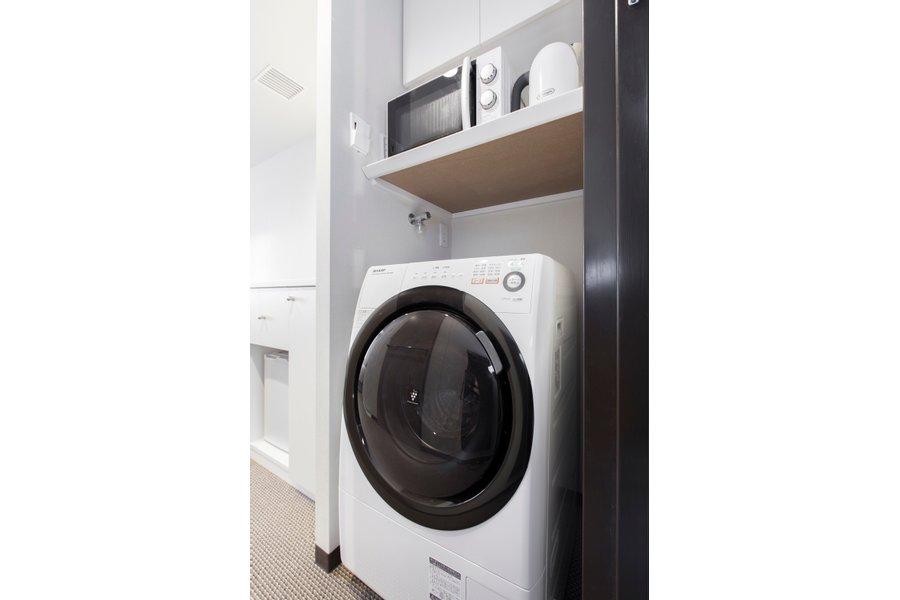 さらにうれしいことに、お部屋の中に電子レンジやケトル、洗濯乾燥機まであります。まるで賃貸で生活しているような感覚で生活ができるんです。