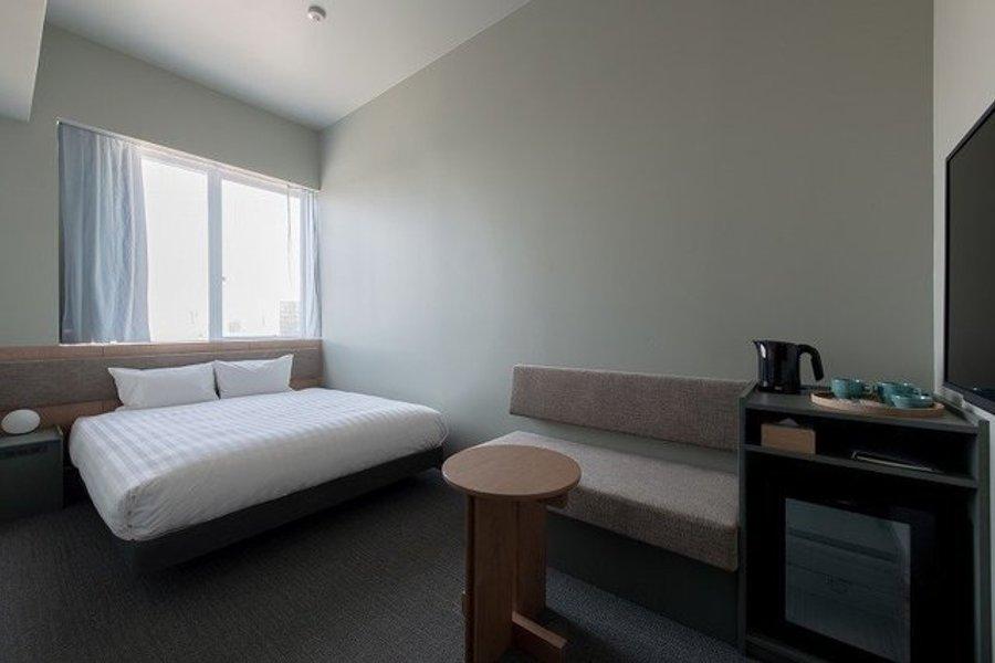 最後は18㎡と、少し広めのお部屋。横幅160センチほどのゆったりとしたクイーンズベッドのほか、ミニテーブルとソファもあり、空間を分けて過ごすことができます。