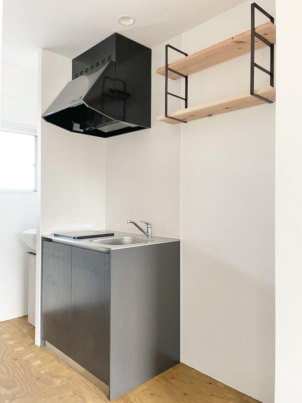 キッチンはIHコンロ1つのシンプルな造りに。冷蔵庫置き場の上の棚もおしゃれです。モノ置きに活用しましょう。