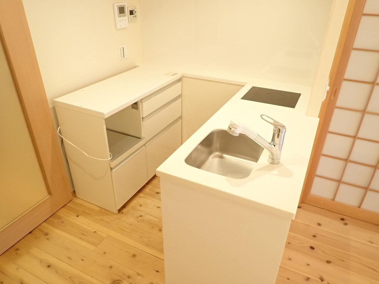残置物のベッドとキッチン収納を含めて、設備が充実しています。