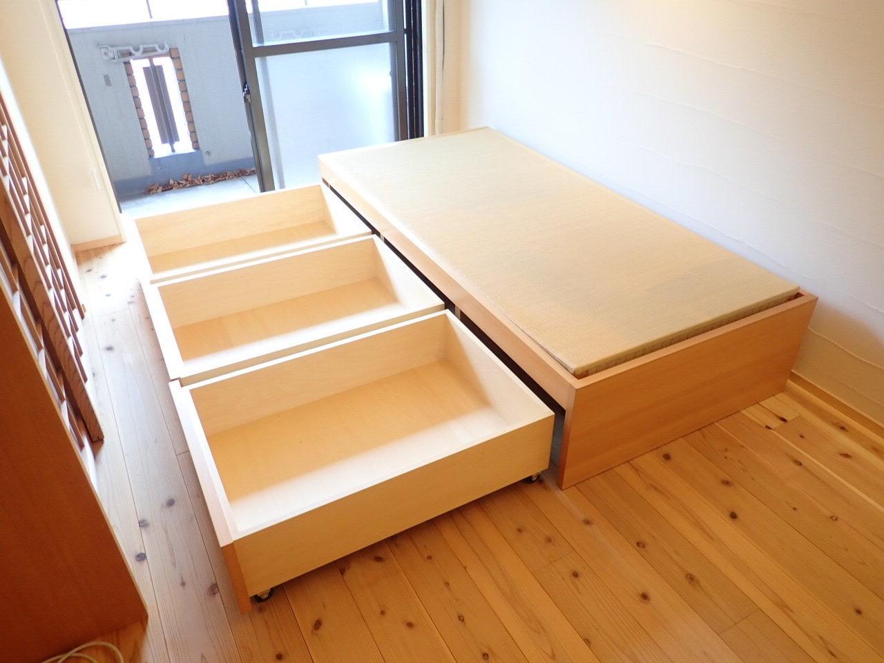 窓際にあるベッド下の収納力には驚き!衣替え前の洋服など、普段はあまり使わないものの収納にぴったりです。