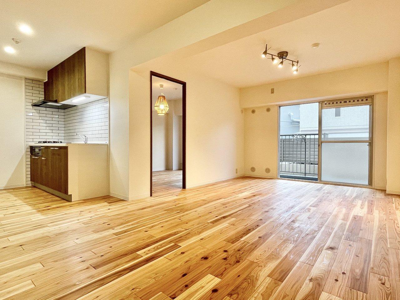 美しい木目がどこまでもつづくような、広い1SLDK。無垢材は杉の木です。床に合わせて、キッチンの前面や造り付けの棚もおそろいに。