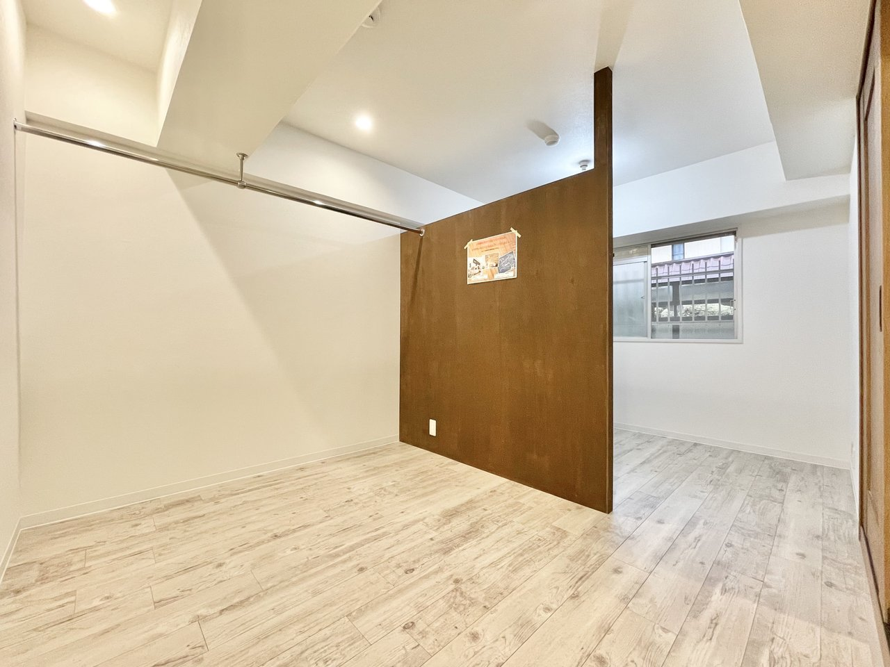 またテレワーク用になっているお部屋は、壁の一部がDIY可能です。またウォークインクローゼットも併設されているので、荷物が多い方でも安心。