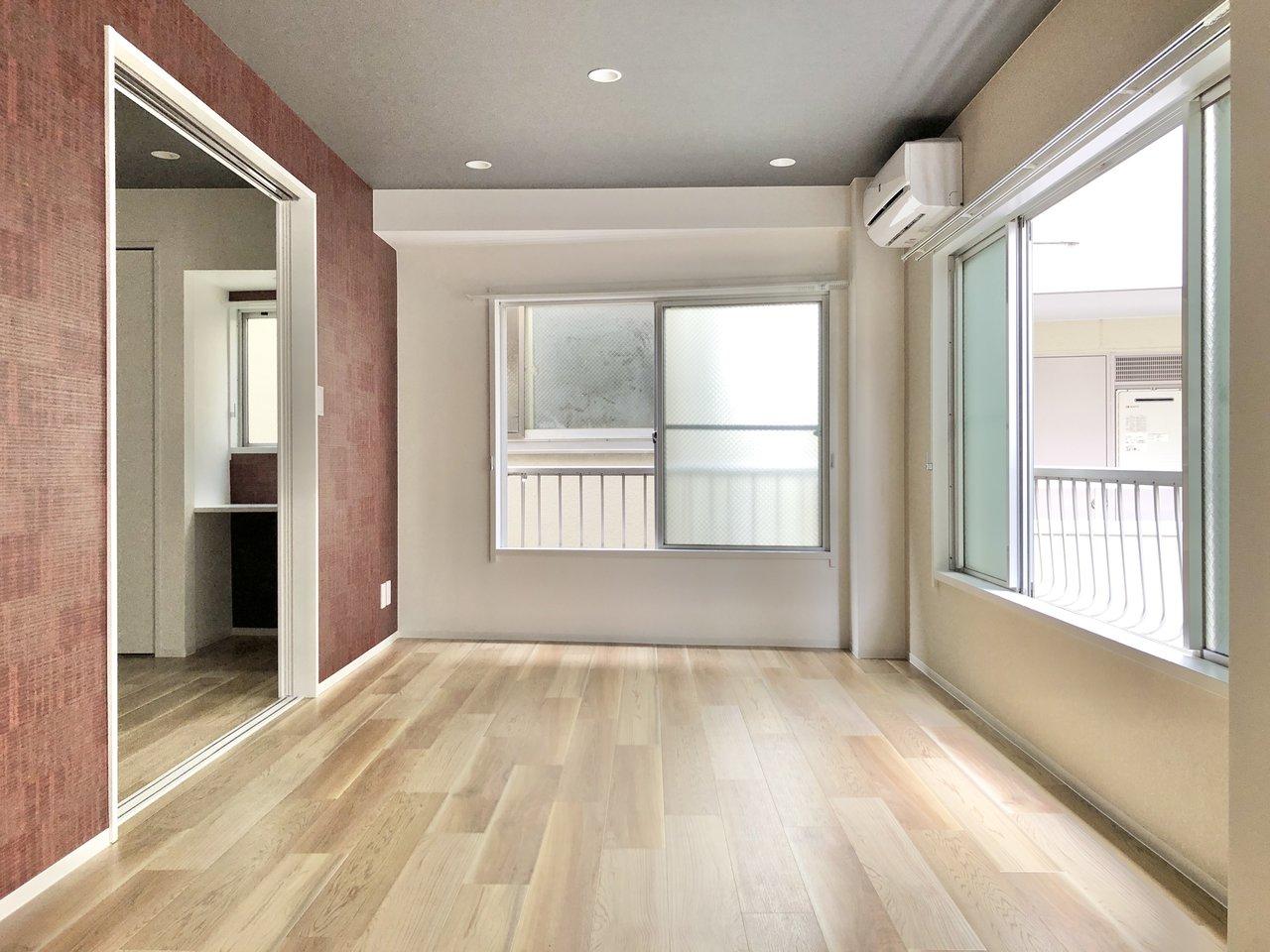 お隣の洋室と繋げて広々と使うこともできます。2人掛けのソファを置いてのんびりと過ごすのもいいかもしれませんね。