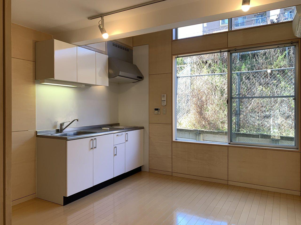 玄関から入ると。まずは約7帖のダイニングキッチン。IHの2口コンロでお料理も快適に。