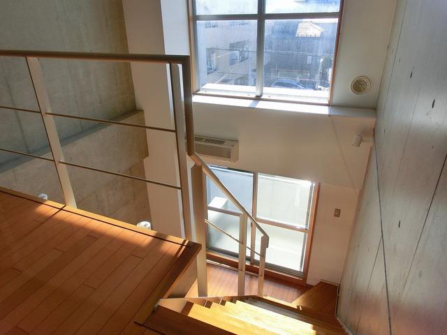吹き抜けになっていて開放的。上の階にも光がしっかり届きます。