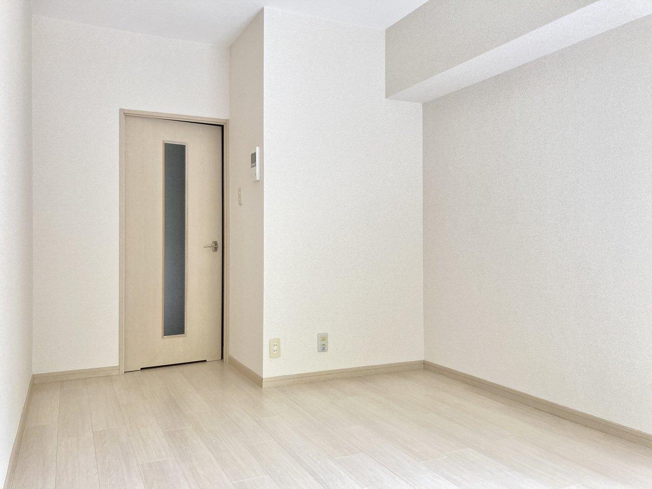 室内はとてもシンプルな内装ですが、白で統一されていて明るいのがいいですね。南東向きで、光もよく入ります。
