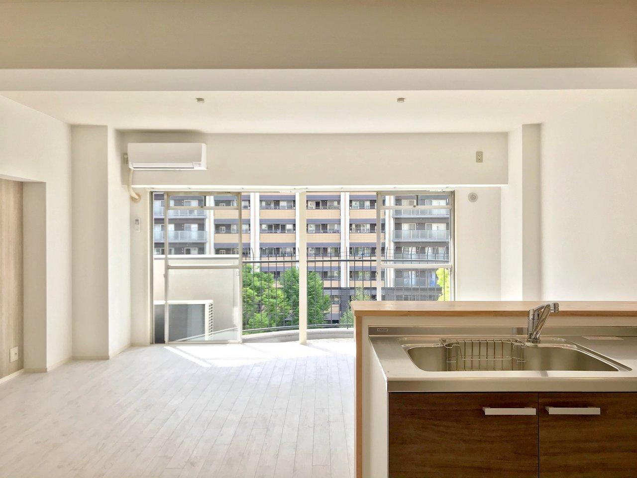 博多駅徒歩4分のすごい場所にあるマンションです。リノベーションで17.8畳のリビングのある1LDKに生まれ変わりました。