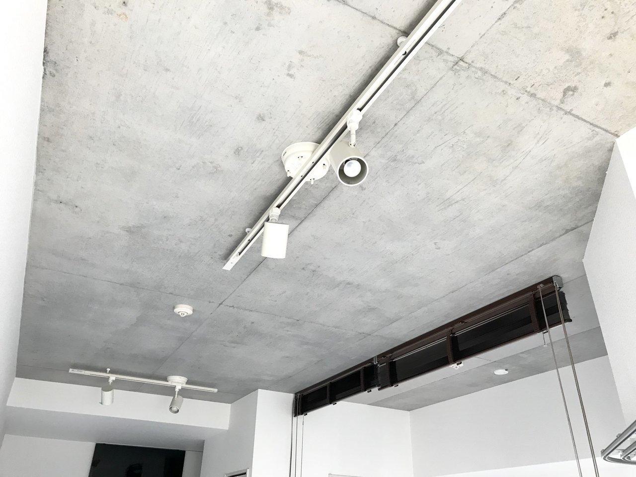 天井はコンクリ、ベッドルームはブラインドで仕切ります。THEデザイナーズ。