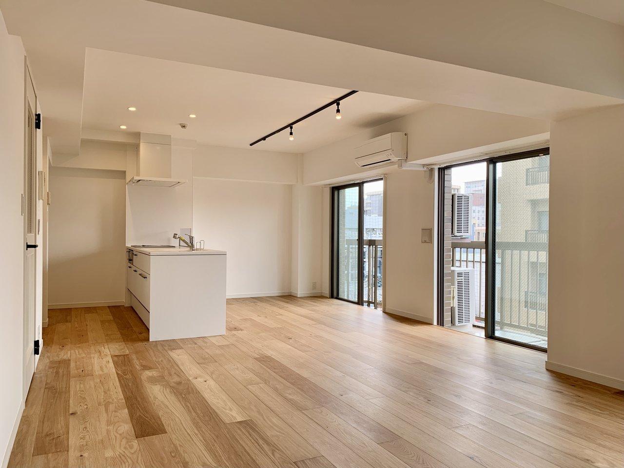 窓が多くて明るい!リノベーションによって約20.6帖に生まれ変わりました。家具の配置がしやすい造りになっています。