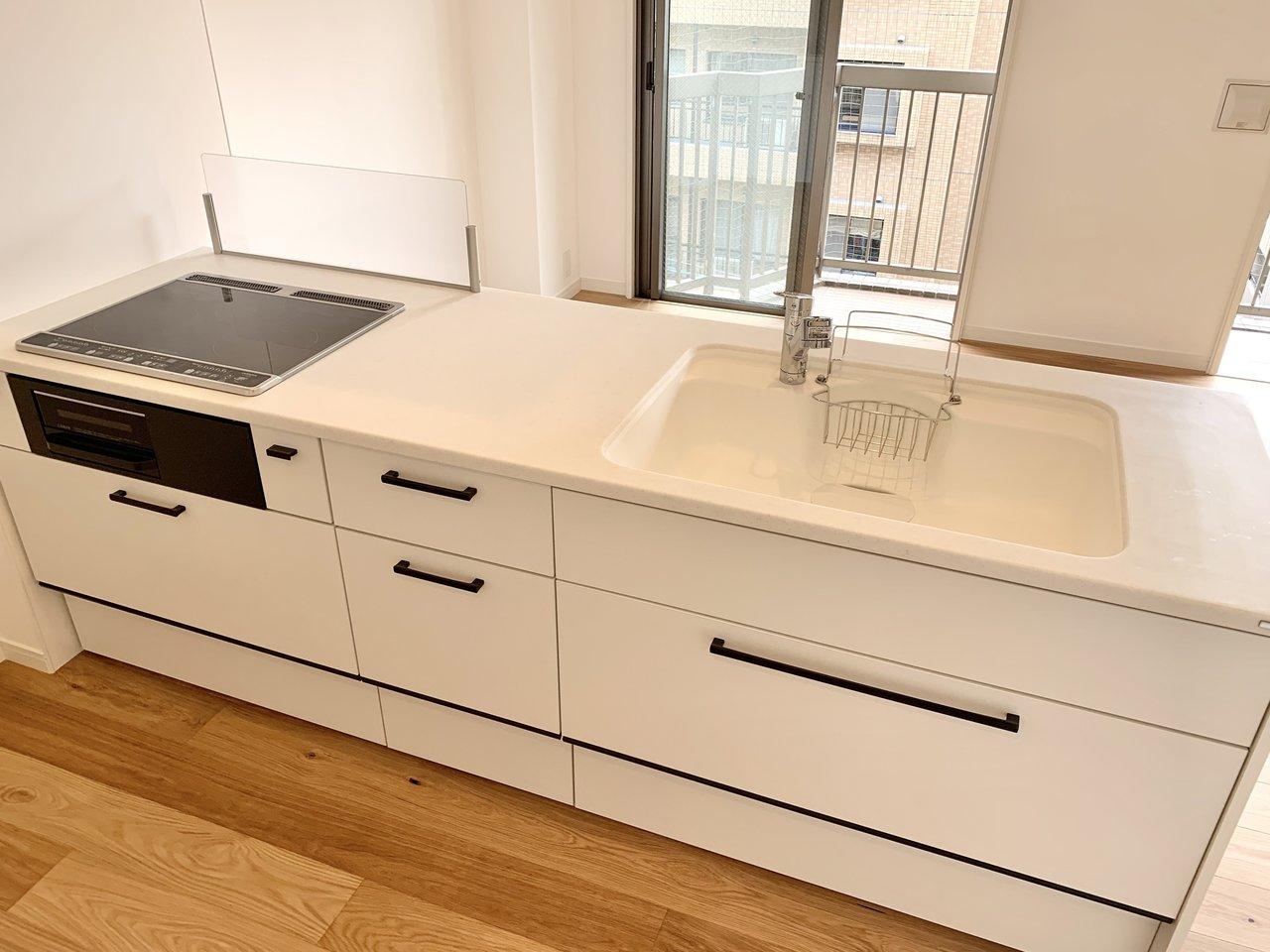 対面式キッチンは2口IH+ラジエントに新品交換。親子で一緒に調理をするときにもスムーズに動けるサイズです。