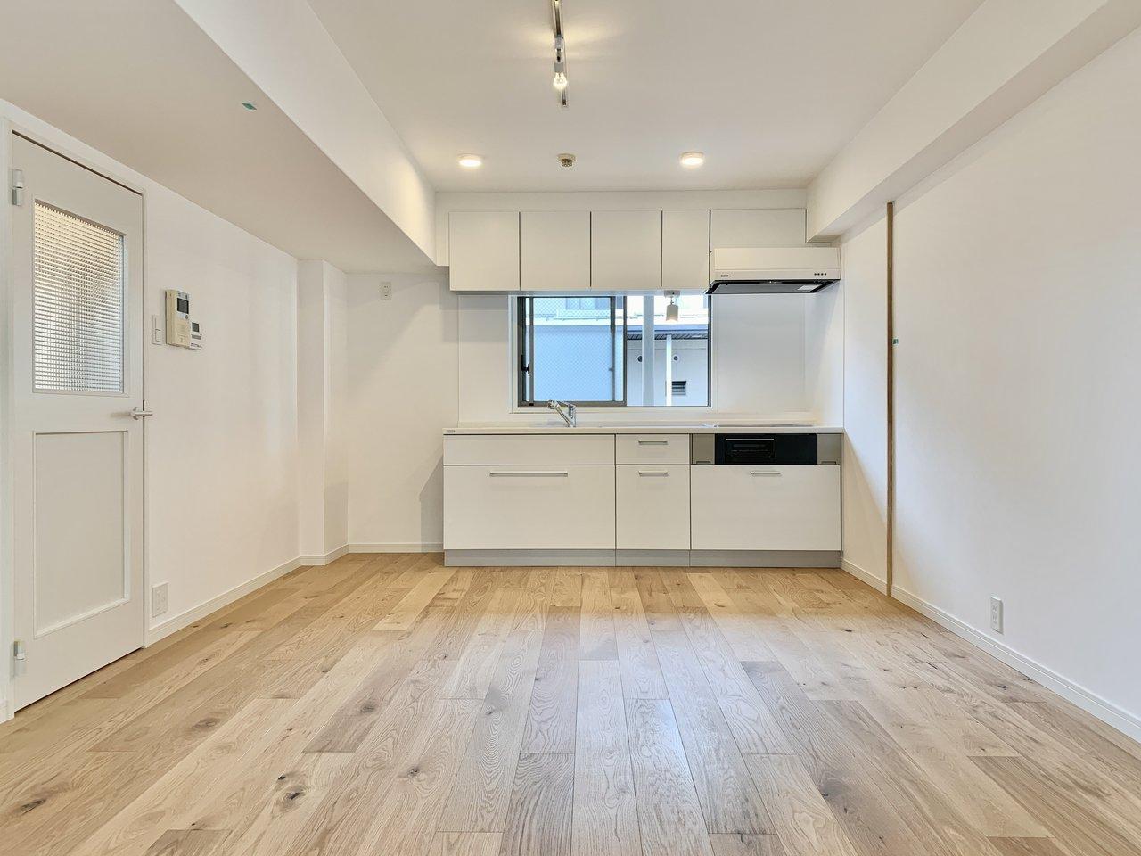 メゾネットタイプのリビングは約12帖になります。壁付けキッチンから縦に長い空間は、真ん中にラックを置けば、ゆるく食事スペースと団欒の場を分けることも可能です。