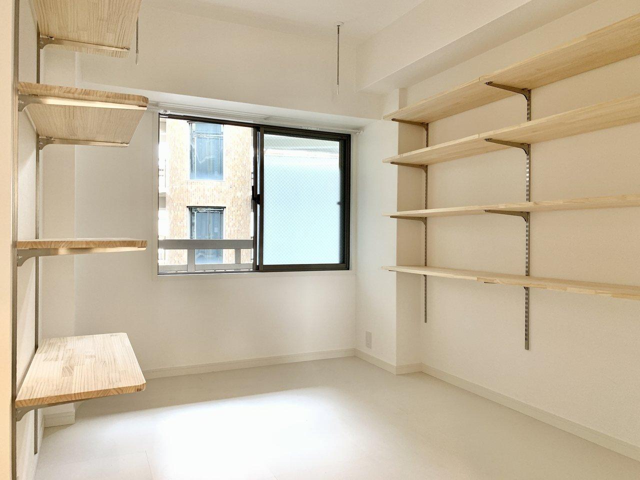 壁一面に可動式収納!棚を上にあげれば下にデスクを配置でき、書斎としても使えます。