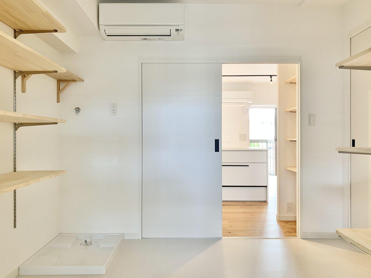 物干し竿受け・洗濯パンは同室のため、すぐお洗濯物が干せるんです。さらにエアコン付きで快適ですね。