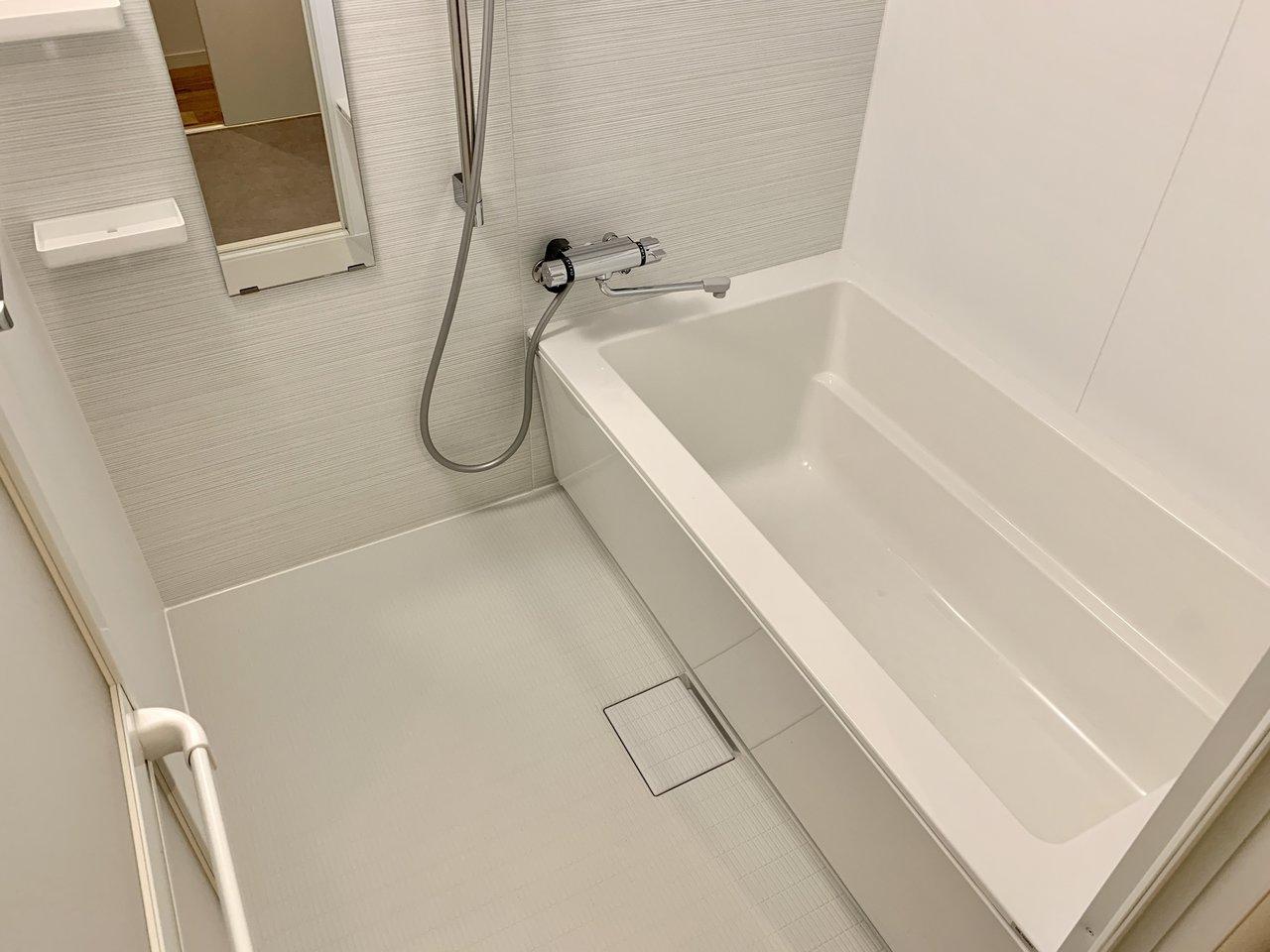 「白い」繋がりでいうと、バスルームの床も。TOMOSのバスルームの床は基本的にグレーなのですが、あえて汚れがわかりやすいようにホワイトに。これなら隅々まで細かくお掃除をしちゃいますね。