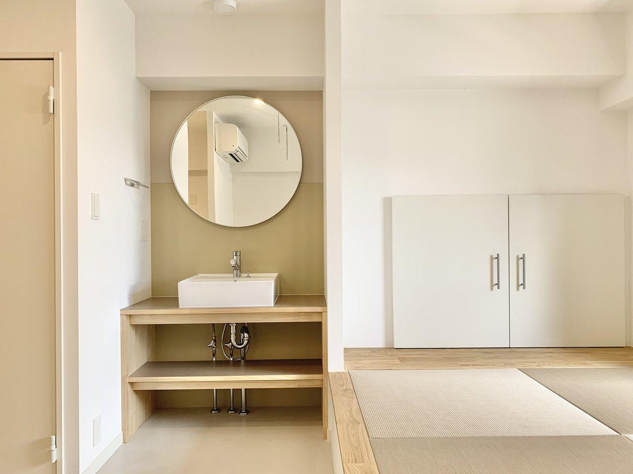 洗面台の丸い鏡のデザインも可愛らしいです。