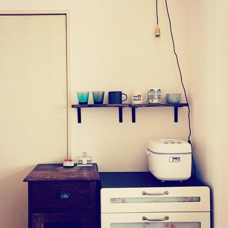 キッチンに置く家具もアンティーク風のもの。壁にはカップを並べる棚をつけました。