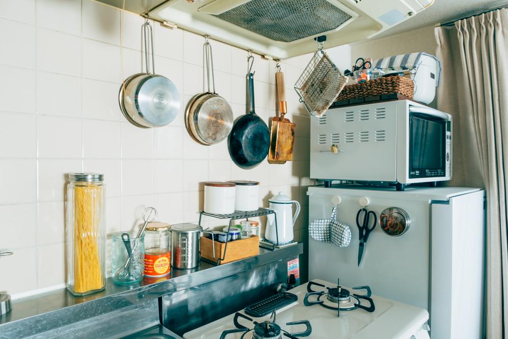 「毎日使うキッチンは、お気に入りの鉄フライパンなどの調理道具をぶら下げて料理を楽しんでいます。収納も多くないのでスペースを有効活用出来るのが良いですね。」