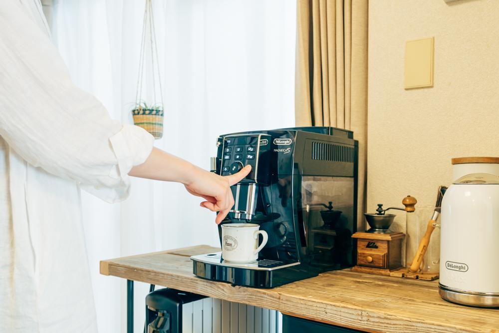 メインの家具と合わせて外せないと話されていたのがエスプレッソマシン 「毎日コーヒーを飲むので欠かすことの出来ない大切なアイテムです。以前使っていたマシンが壊れたので最近新調しました。時間がある時はミルで豆を挽いてコーヒーを淹れています。