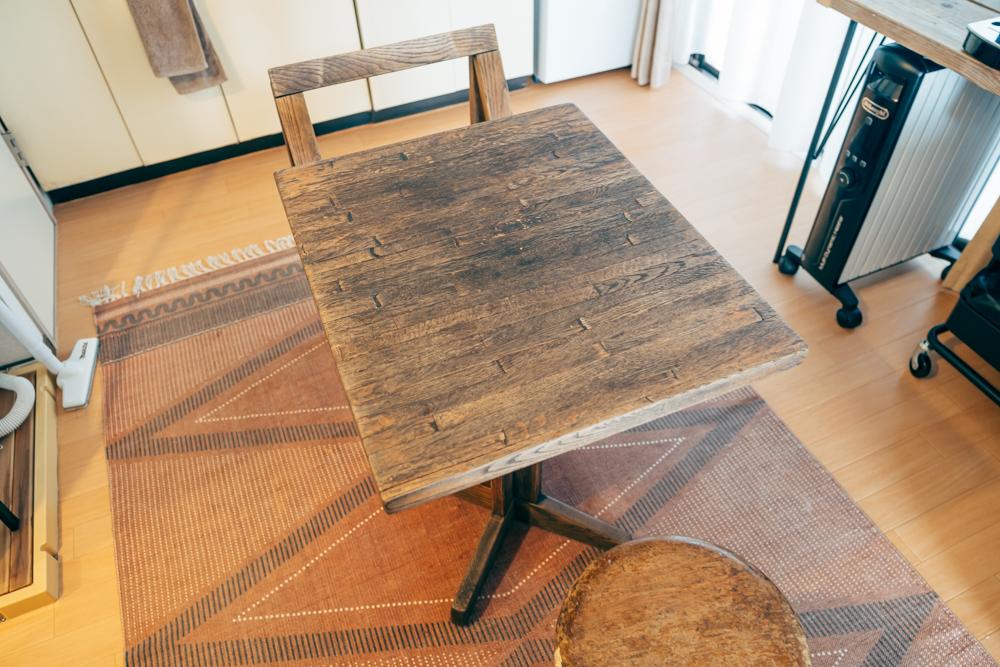 ダイニングスペースでは落ち着いた色合いのテーブルとチェアが印象的。 「新しいものを買うというよりは、部屋自体が古いので、実家や祖母の家にあった年季の入ったテーブルや椅子などを譲ってもらい使用しています。」