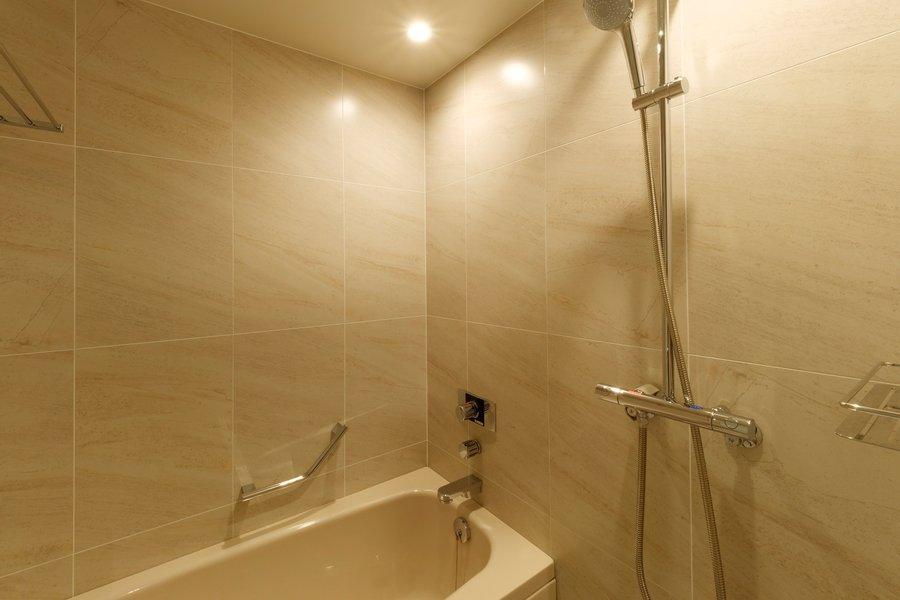 長期滞在の場合シャワーだけでなく、バスルームが備わっているのもうれしいですね。ほかにも自販機やランドリーなど、長期滞在に助かる設備が整っています。