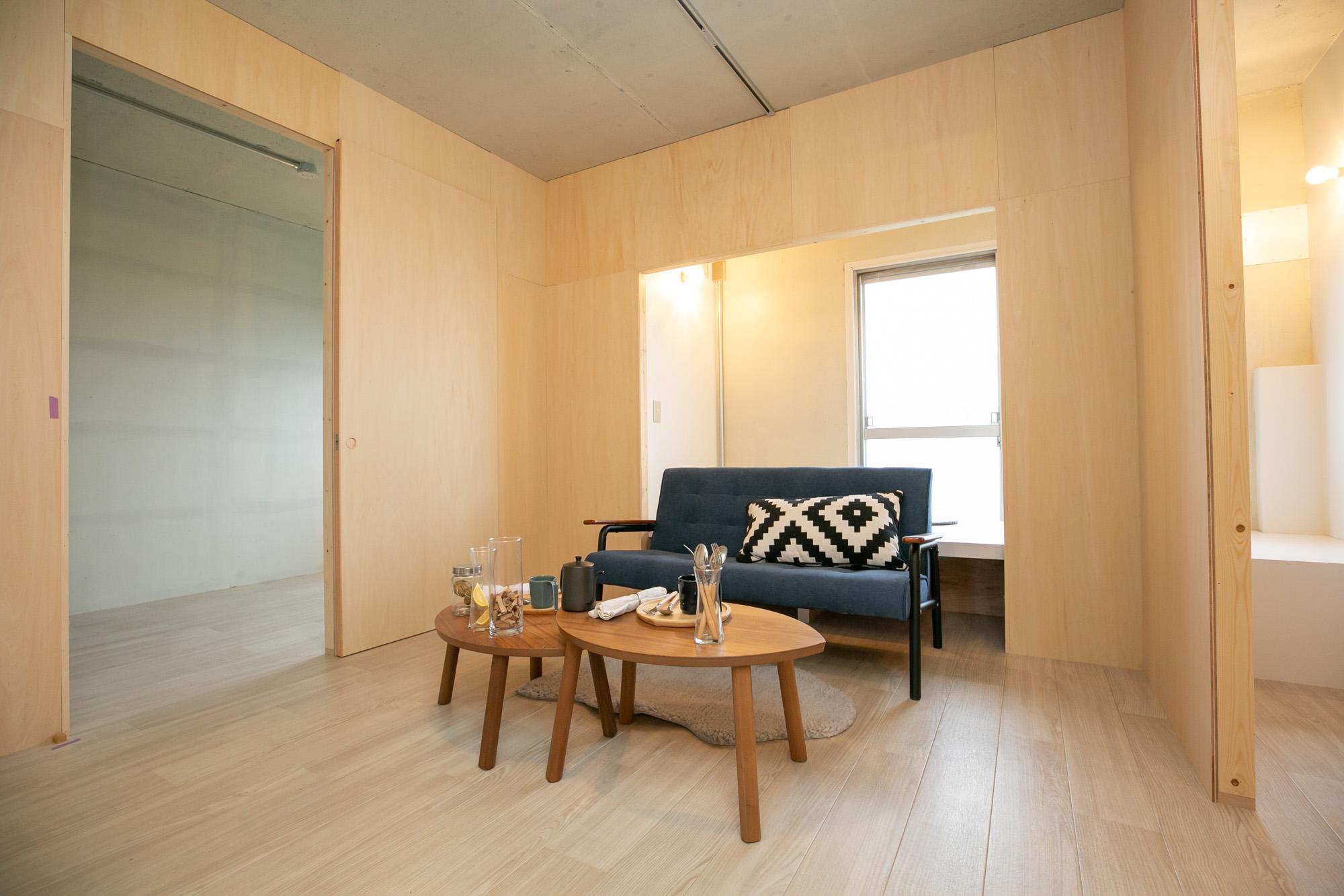 5階は真ん中にワークスペースやリビングとして使えるレストスペースがあり、周囲を寝室や子供部屋、書斎が囲みます。