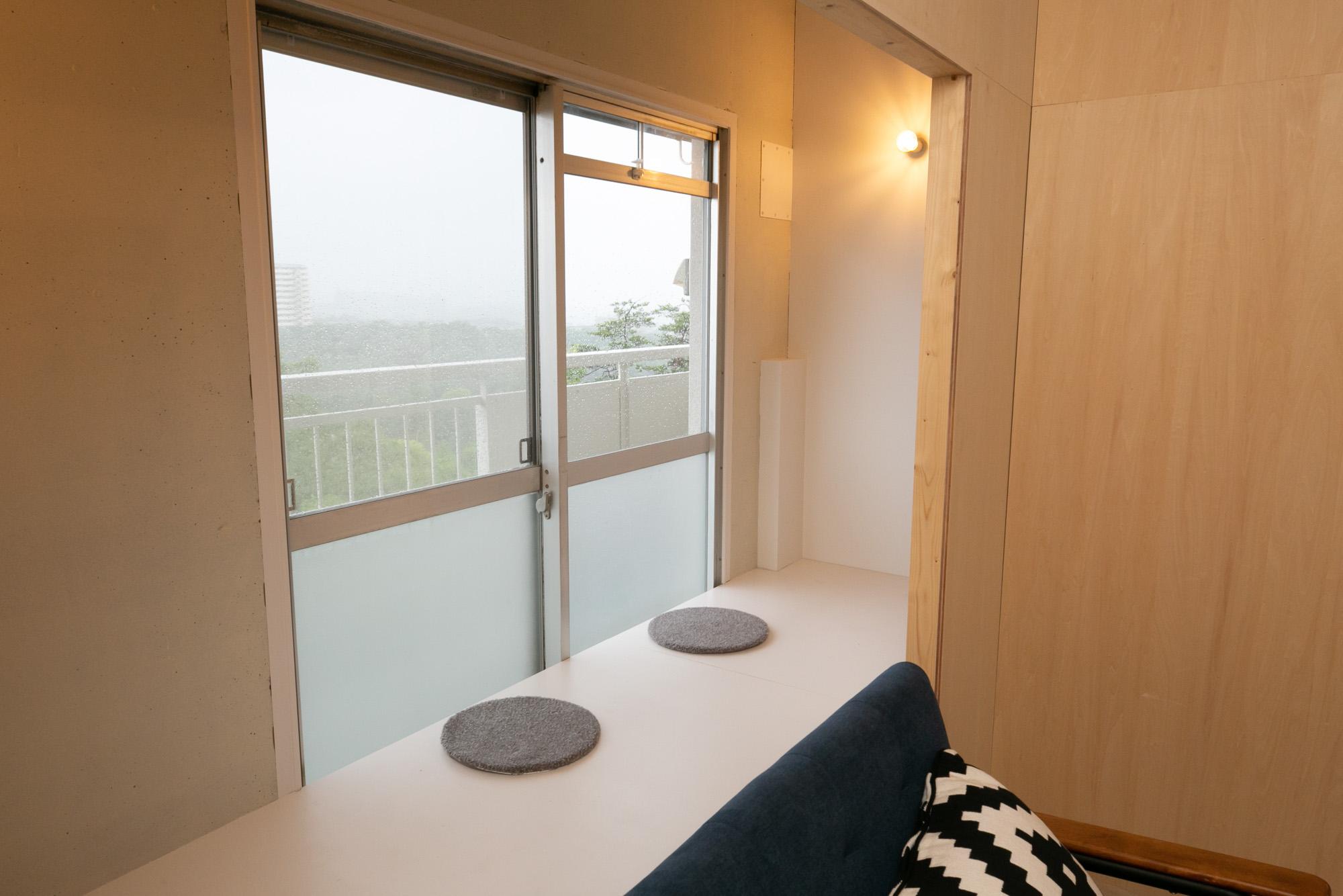 5階のバルコニー側に設けられている「ひだまりテラス」。小上がりになっている床に腰かけて、縁側みたいに使えそうなスポットです。