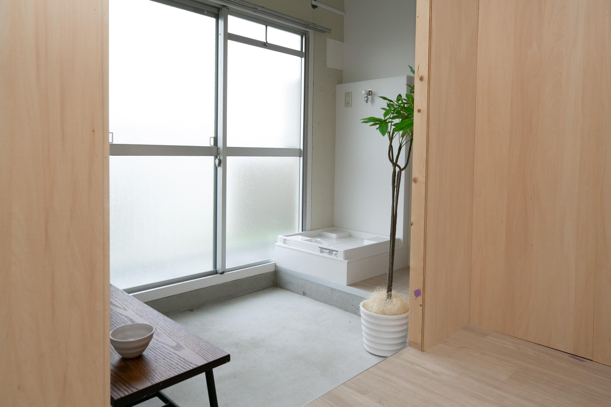 バルコニー側には、部屋干しのスペースがとられていました。洗濯物は室内に干して、バルコニーは自由に使えるようにと考えられています。