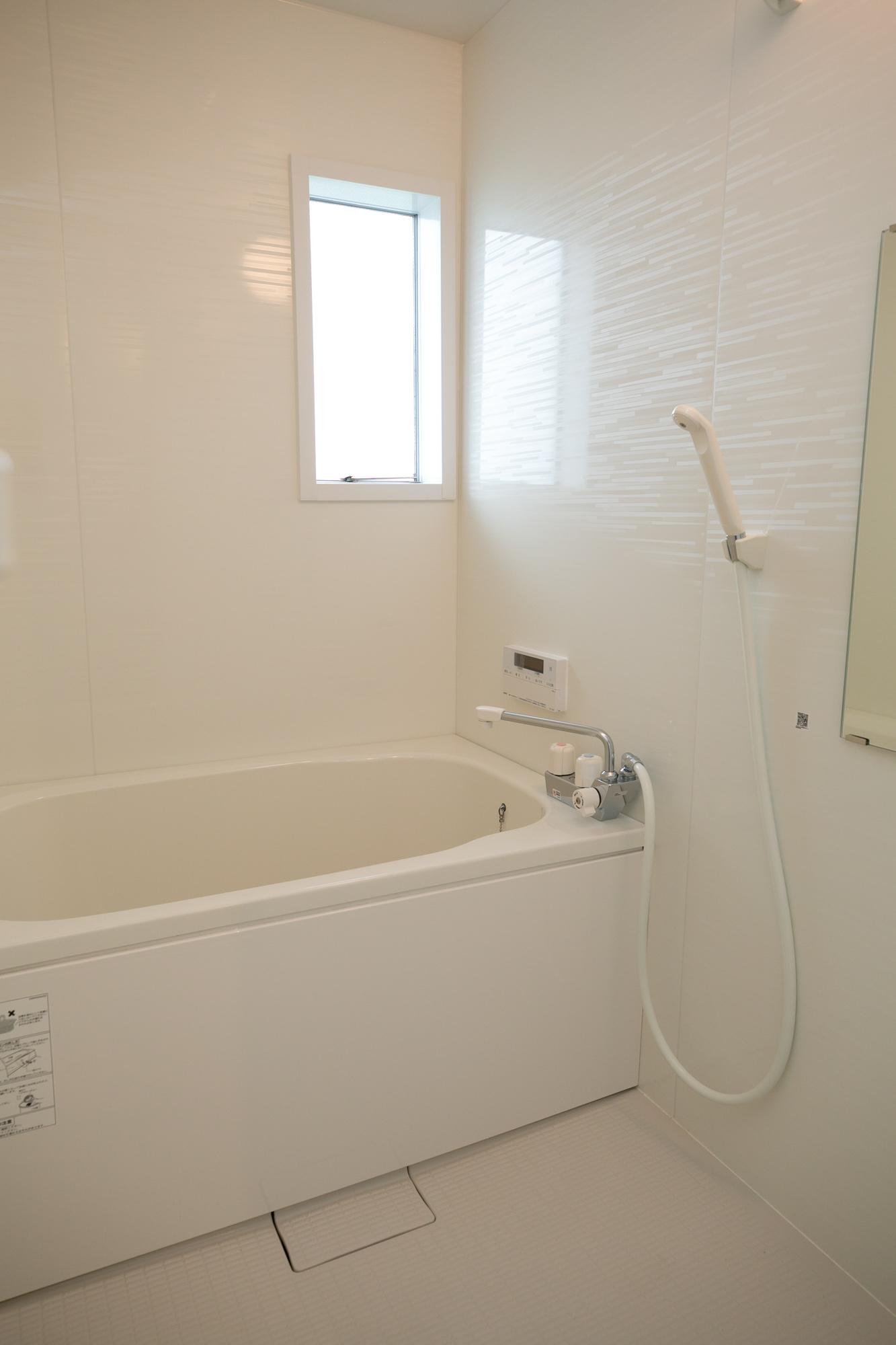 お風呂やトイレももちろん新しくなっています。バスルームは追い焚き付きのユニットバス。