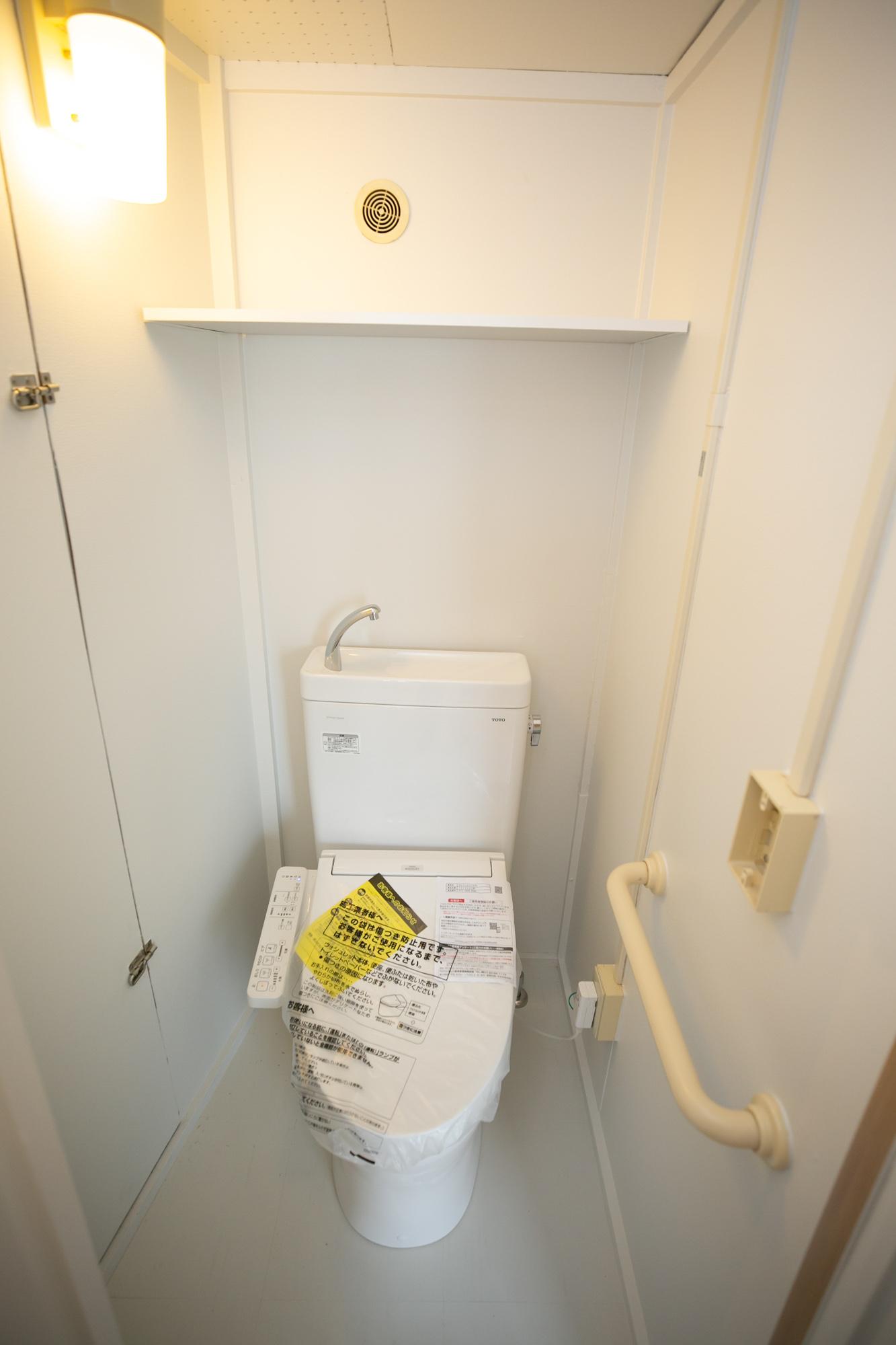 トイレはウォシュレット付き。機能もしっかり整っているので安心して暮らせますよ。