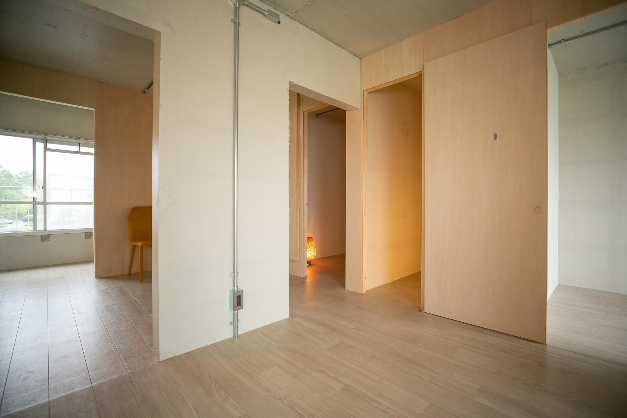 玄関を挟んで隣り合うもう1部屋へ。こちらは仕切りがさらに多く、小さなスペースが集まっています。