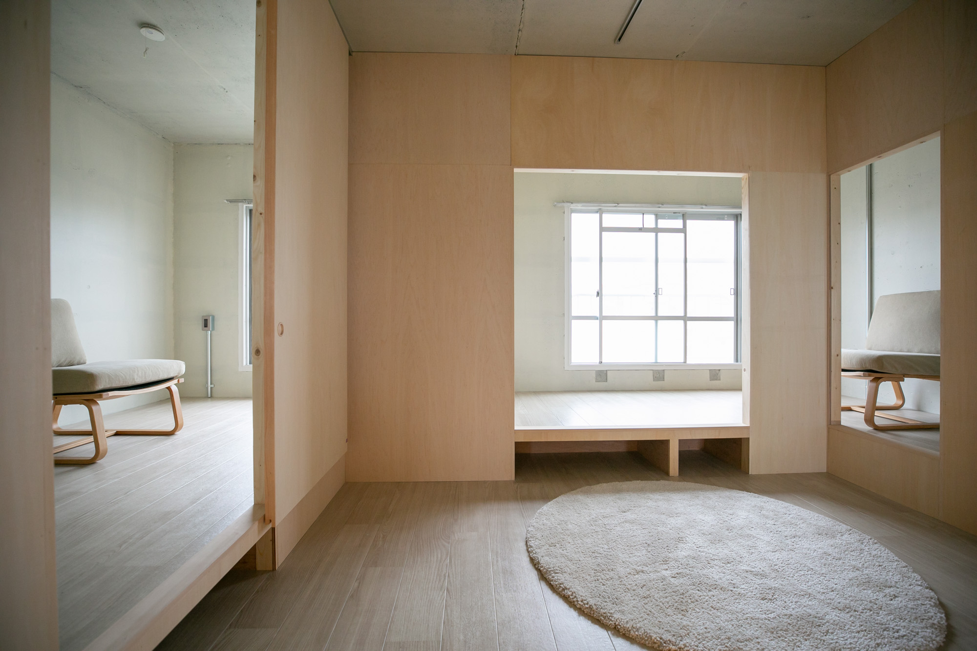 ロの字壁の内側は「集いの間」。空間を立体的に使えるように、周囲の部屋は「小上がり」になっています。ちょっと腰かけてベンチとして、下は収納としても使えます。