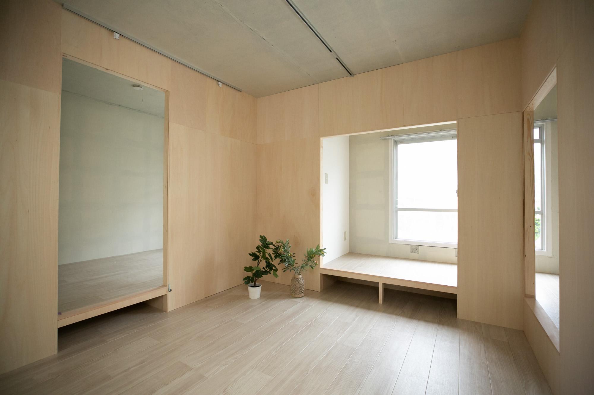 バルコニー反対側には、小上がりのあるリビングと、寝室。