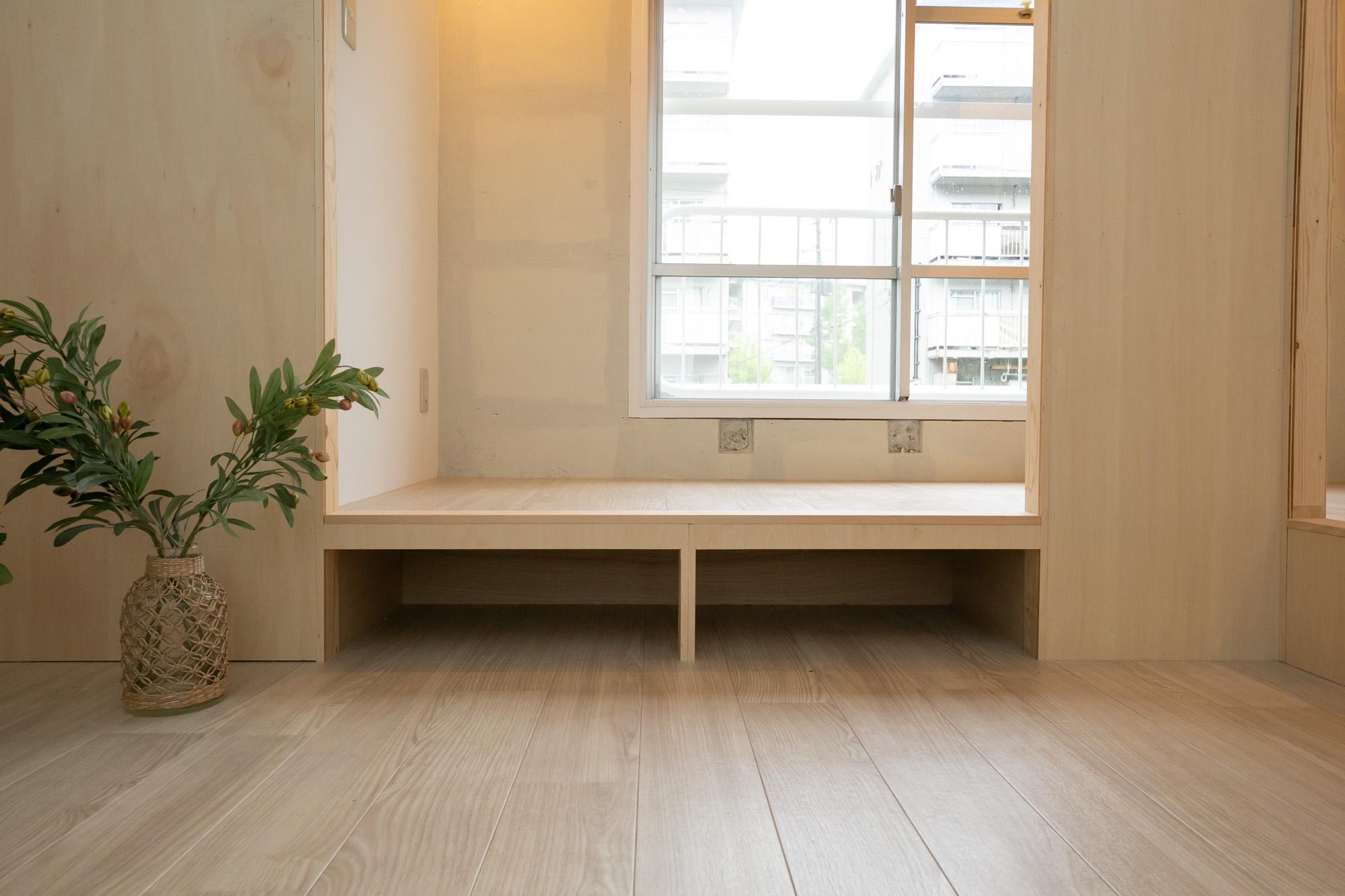 コンパクトな分、この小上がりスペースはより重宝しそうです。ソファを置かなくても腰かけてくつろげて、しかも収納にもなるのはとても良いですね。