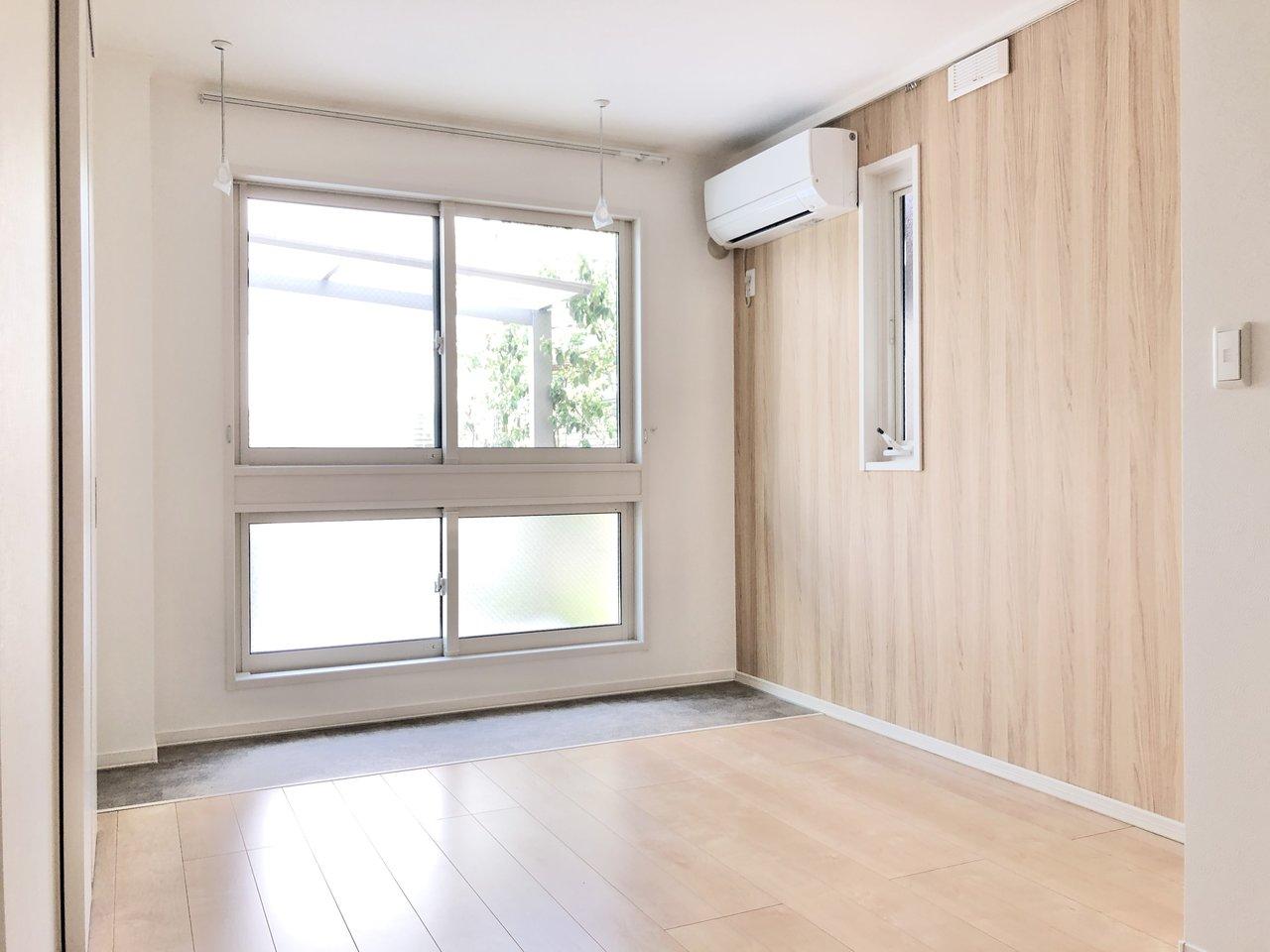 リビング窓側のルームコートはエアコンがそばにあり、部屋干しでも乾くのが早そう。