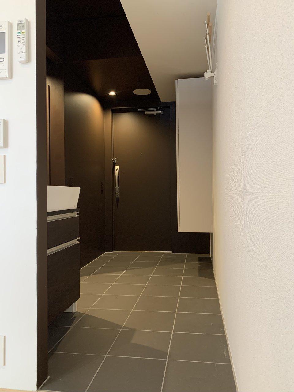 玄関土間スペースは広ーい!ここには室内自転車フックと洗面台もあるんです。帰ってきてすぐ手を洗えるのは嬉しいポイントですね。