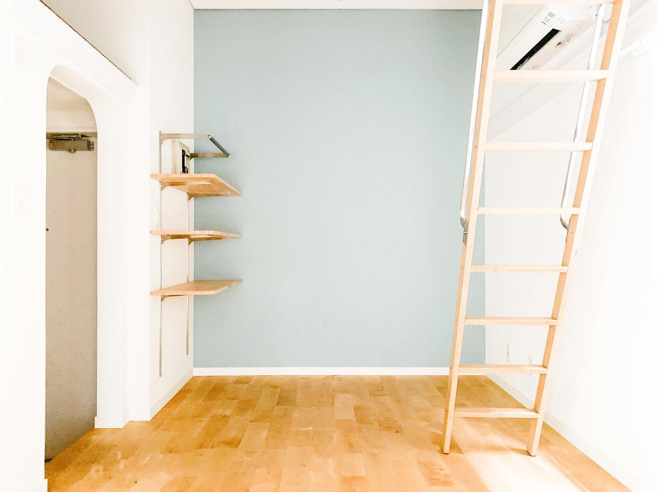 goodroomのオリジナルリノベーション、「TOMOS」仕様のお部屋。水色のクロス×バーチの無垢床がキュートな1Kです。
