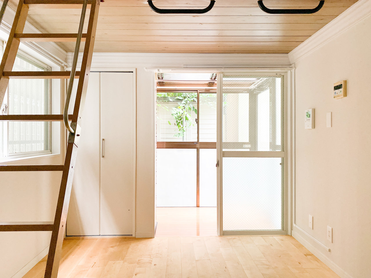1階のお部屋ですが二面採光で明るい雰囲気。棚やクローゼット、ロフトがあるため、お部屋はスッキリ片付きそう。