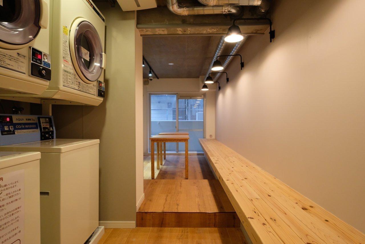1階の共有スペースには24時間利用可能のランドリールームが!乾燥機も併設していますよ。