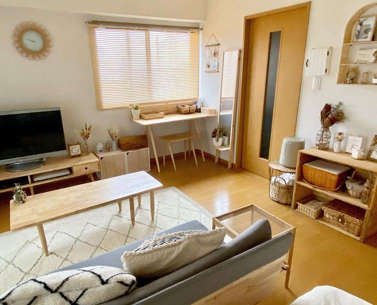こちらのお部屋では、Natural Signatureの木の素材の家具でお部屋を統一。ソファやローテーブル、テレビボード、デスクなど、ちょっと気の利いたデザインが素敵です。