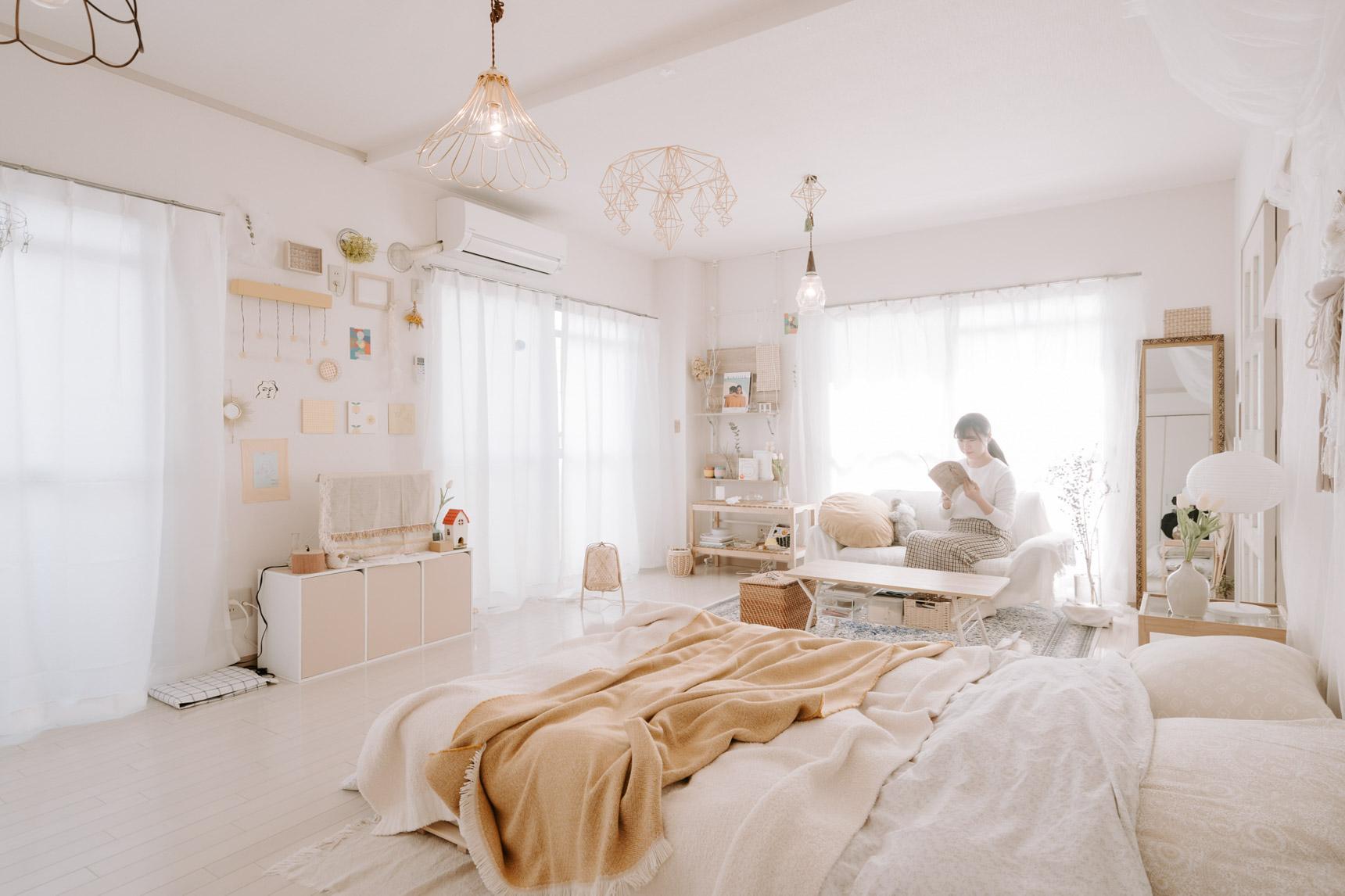 韓国インテリアで使われるカラーは、白やベージュ、グレーなど。アクセントカラーも少しくすんだ淡い色合いのものを合わせると似合います。こちらはファブリック類を、白やベージュで統一されたお部屋(このお部屋はこちら)
