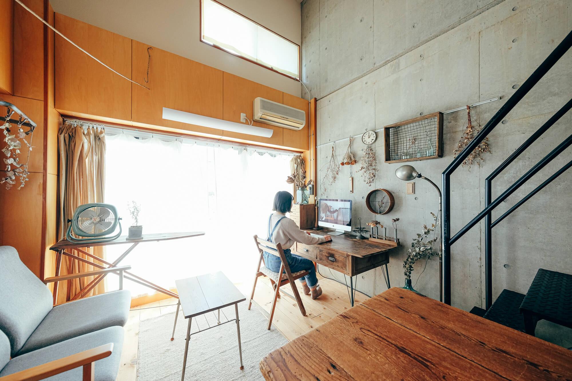 ロフト付きの2Kの賃貸マンションにお二人で暮らされているニビイロさん。 憧れだったデザイナーズマンションで、ペットがOKという条件のもと出会ったお部屋は、カッコいいコンクリート壁が部屋の決め手だったとのこと。