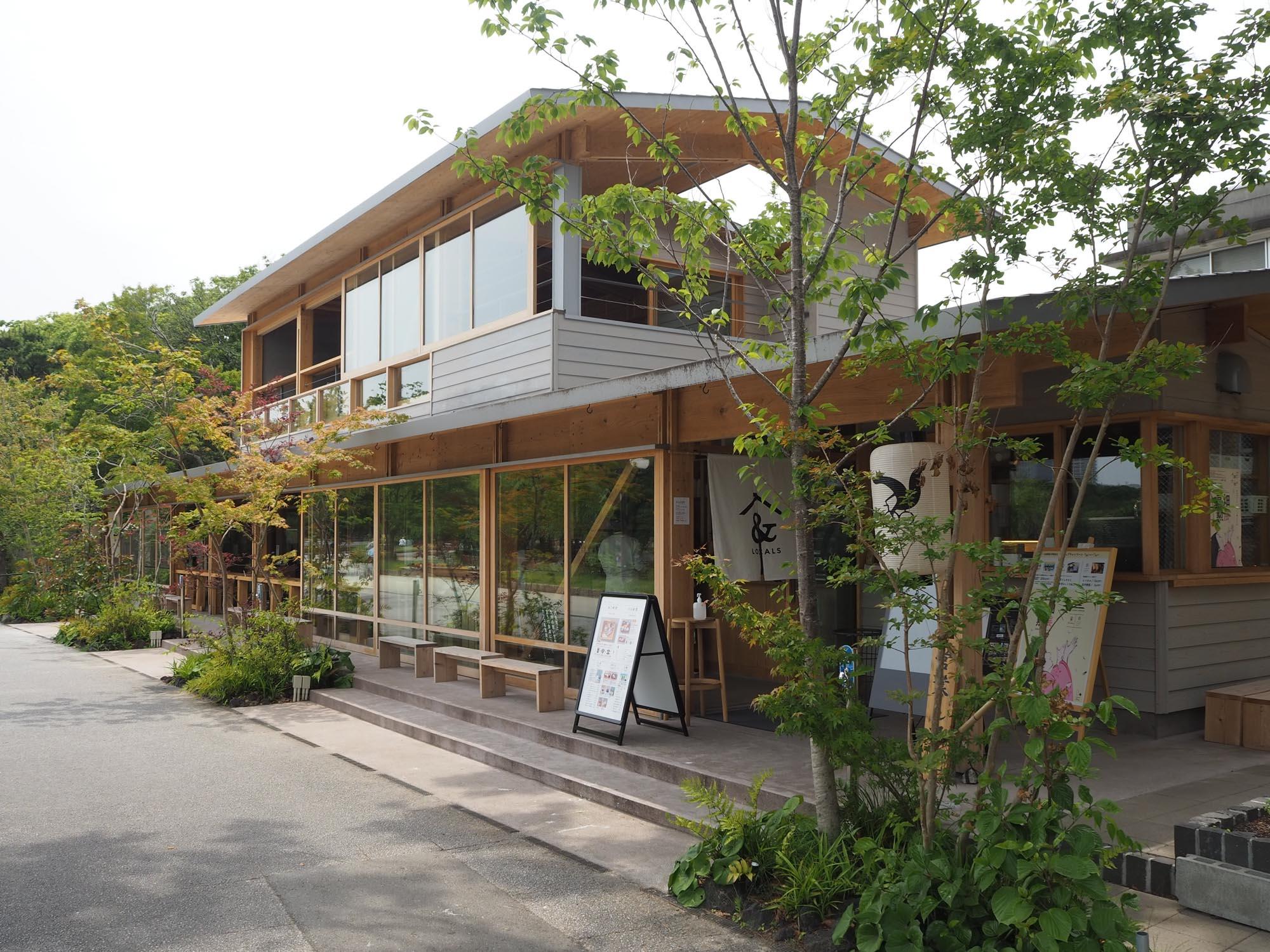 店内からも大濠池を望むことのできる、日本風のおしゃれな建物です。