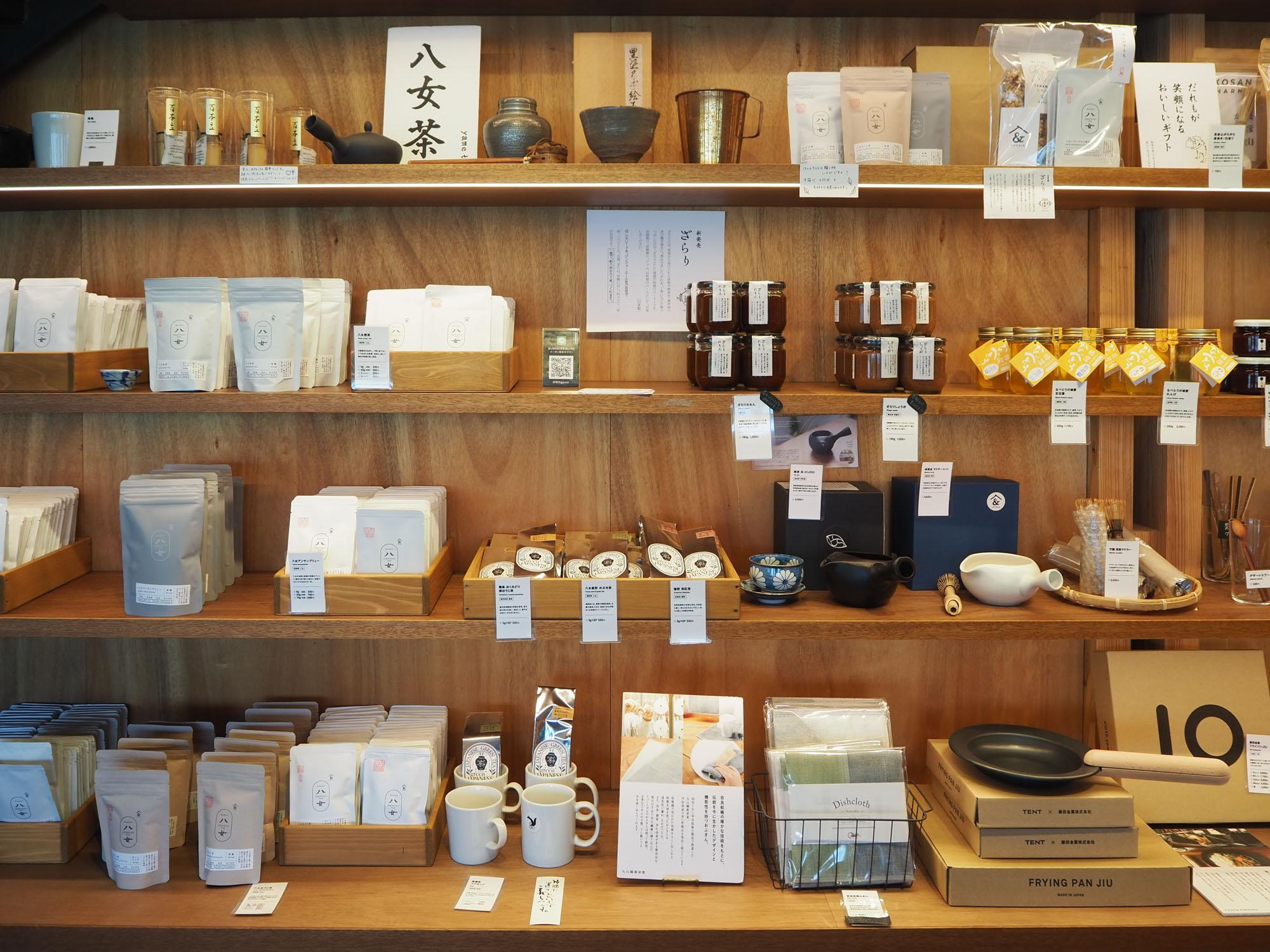 店内には福岡・九州の地元食材がずらり。