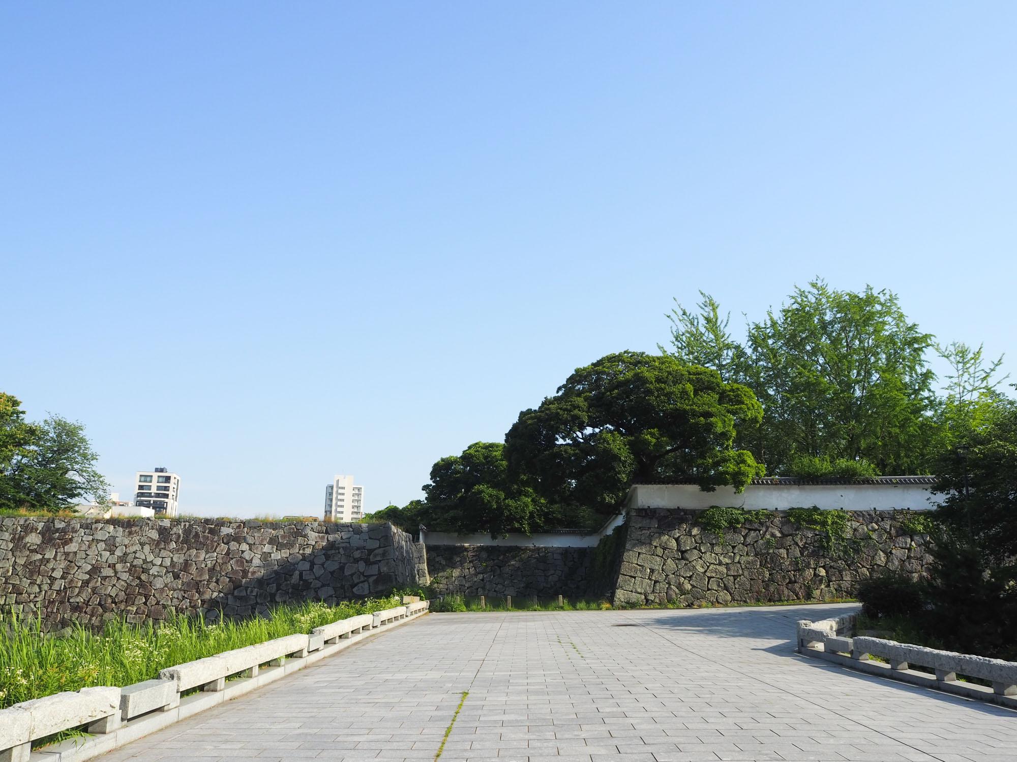 正門と広場を抜け、天守台跡を目指しましょう。