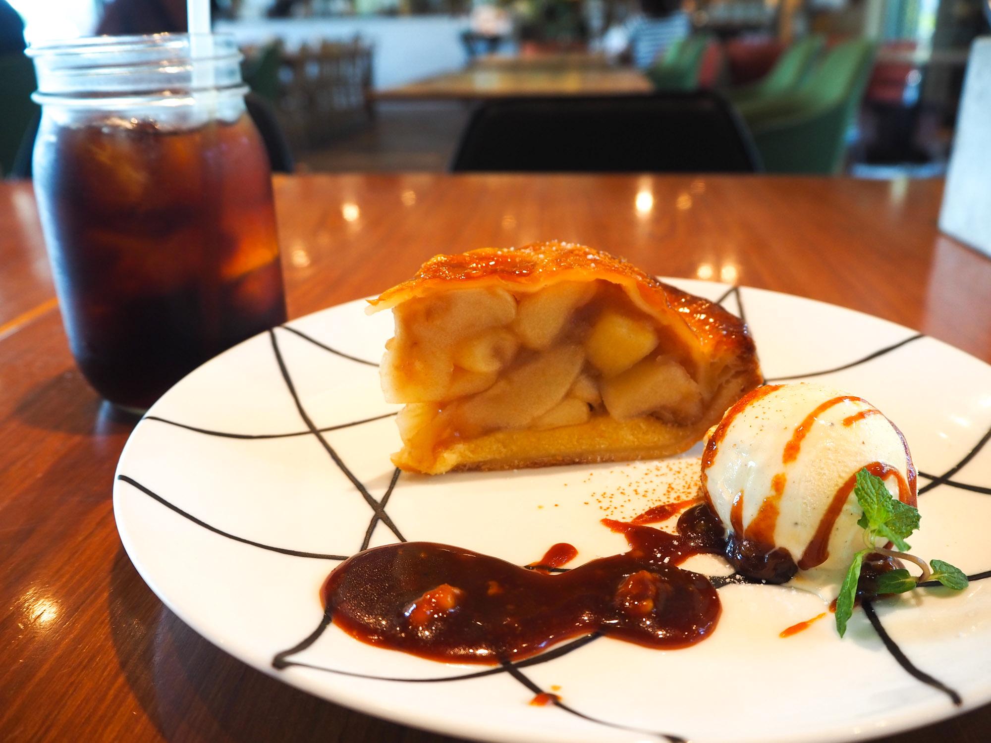 アイスコーヒー(税込528円)とアップルパイ(税込878)円。 アップルパイは程よい甘さ。バニラアイスとほろ苦いカラメルソースがベストマッチ。