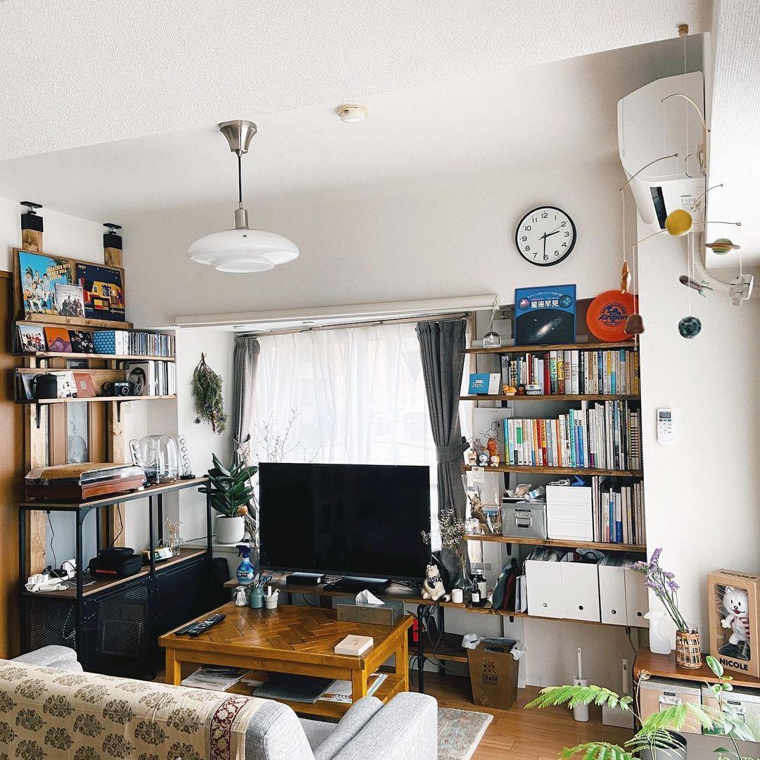 「ラブリコ」を活用して、お部屋のあらゆるところに収納スペースを作り出している、お二人のお部屋。大きな棚をドンと置くよりも、縦のラインを広く使っているので、空間に余白が生まれるような気がします。