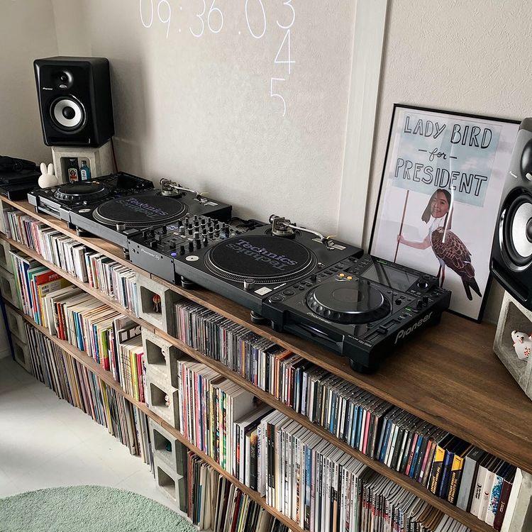 収納というと寝室やクローゼットの中など、どうしても「隠す」ことを考えてしまいがち。でも趣味のものはあえて「見せる」収納にしてしまってもいいかも。こちらのお部屋は二人とも音楽が好きとのことで、CDなどはズラリと並べて収納。ブロックと板を組み合わせた簡単な棚であることも、すぐに真似できそうなアイディア。